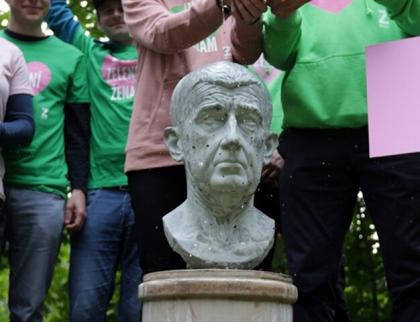 Zelení při příležitosti výročí otravy řeky Bečvy odhalili bustu Andreji Babišovi