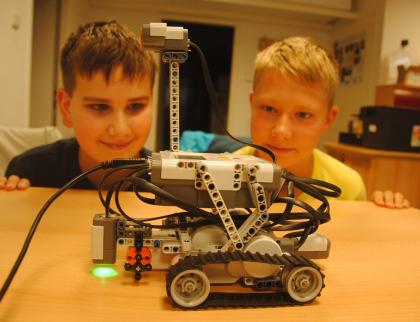 Táborníci naučili roboty zatáčet, mluvit a mračit se