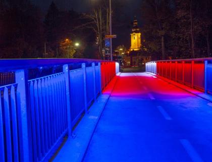 Rožnov slaví 30 let svobody: happeningem, průvodem i trikolórovým mostem