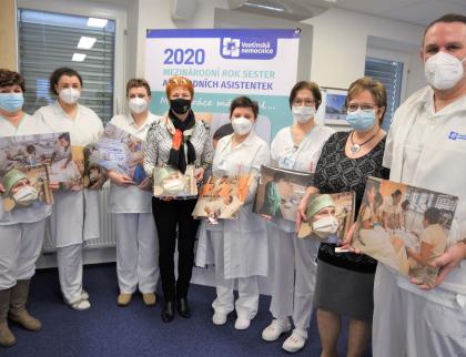 Náročnou práci sester ukazuje katalog fotografií Jindřicha Štreita, jsou na nich i zdravotníci Vsetínské nemocnice