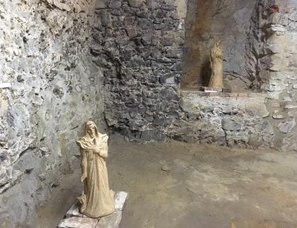 V tajemném podzemním sklepení malenovického hradu se zabydlely sochy