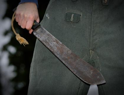 Porušil vykázání z domu a s mačetou vyhrožoval rodičům. Skončil ve vazbě