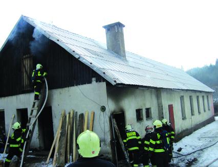 Hořící kotelnu hasilo pět hasičských jednotek