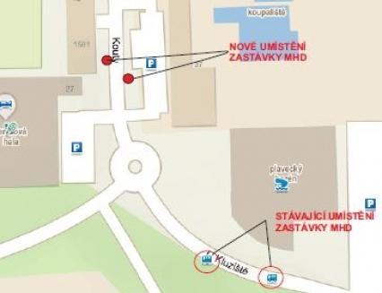 Město kvůli neukázněným řidičům přestěhuje zastávku MHD u krytého bazénu