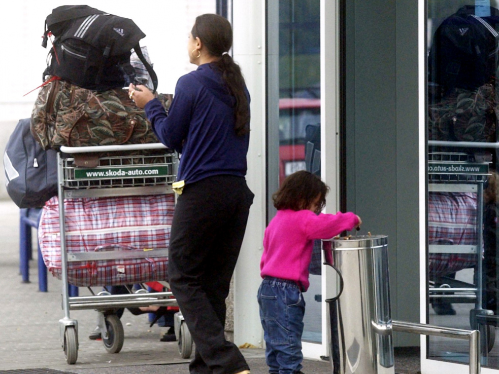 Z návratu Romů do Česka nejvíc těží převaděči. Jejich integrace bude složitá, děti už neumí jazyk