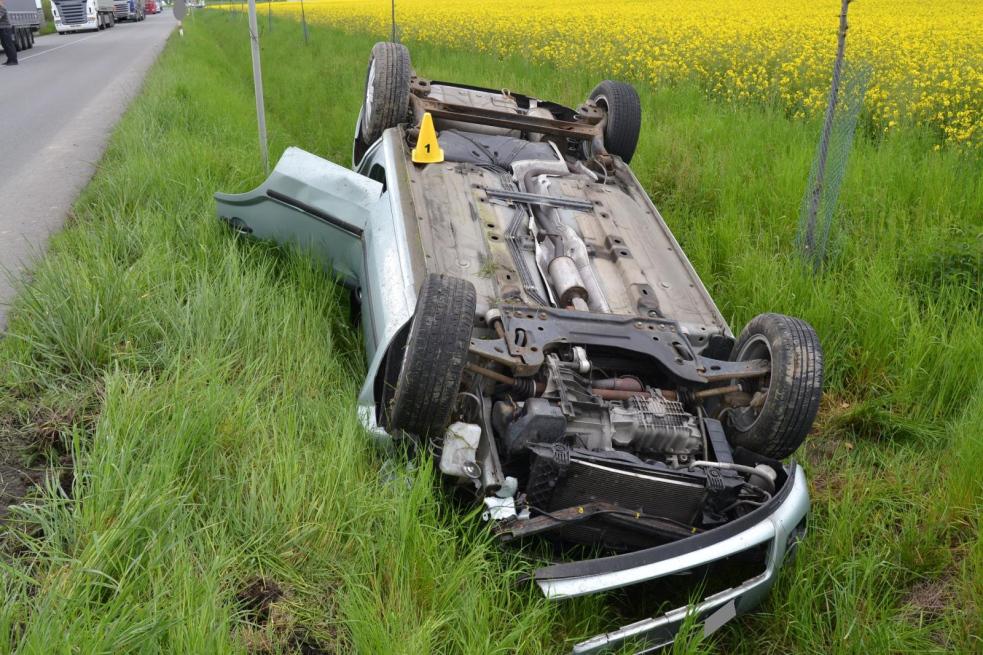 Při čelním střetu dvou osobních aut byli zranění čtyři účastníci