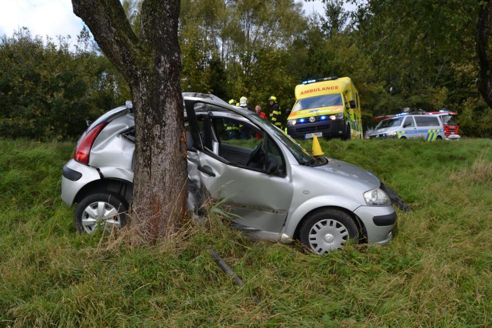 Řidička  narazila do stromu. Do nemocnice ji převážel vrtulník