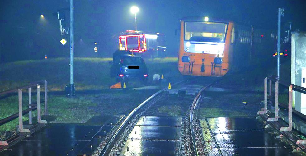 Do zaklíněného auta na železničním přejezdu narazil vlak