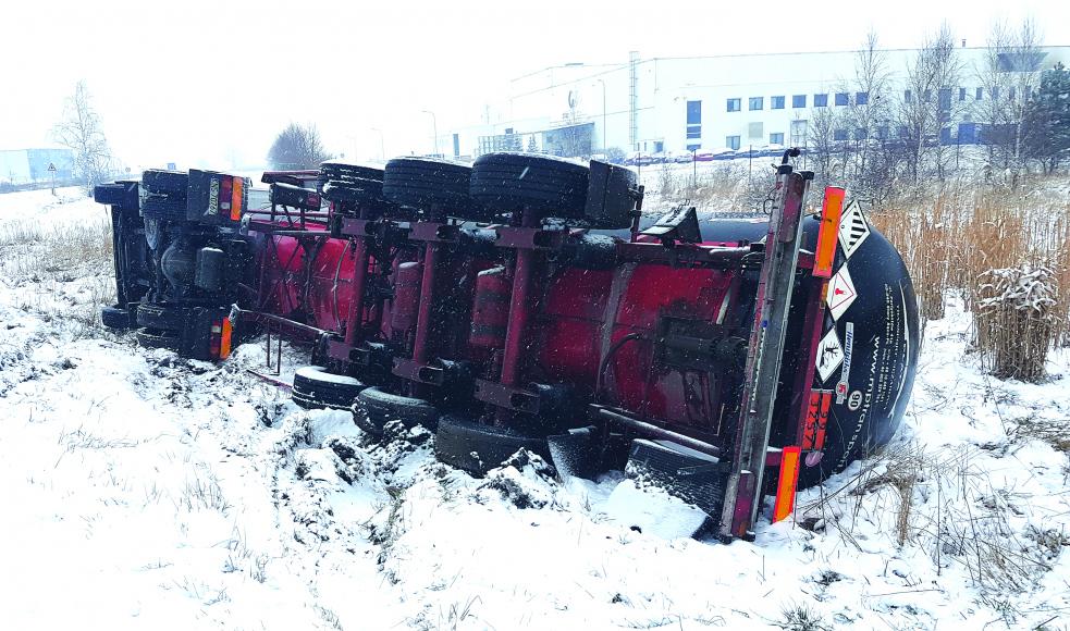 Nehoda autocisterny na výjezdu zareálu společnosti DEZA