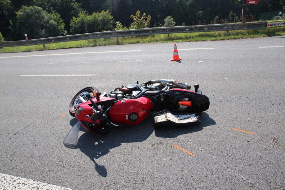 Motorkář při nehodě utrpěl těžké zranění, spolujezdkyně lehké
