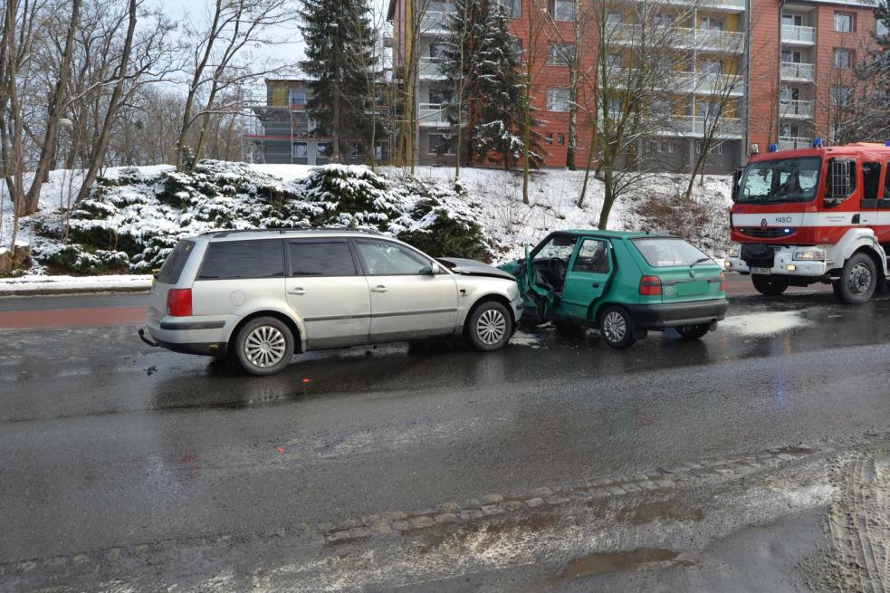 Srážku vozidel odnesli řidiči těžkým a lehkým zraněním
