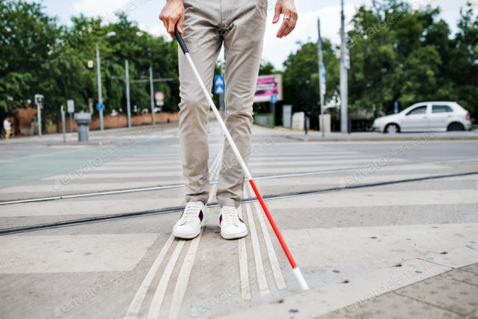 Na přechodu pro chodce ve Vsetíně srazil řidič muže s bílou hůlkou. Policie hledá svědky