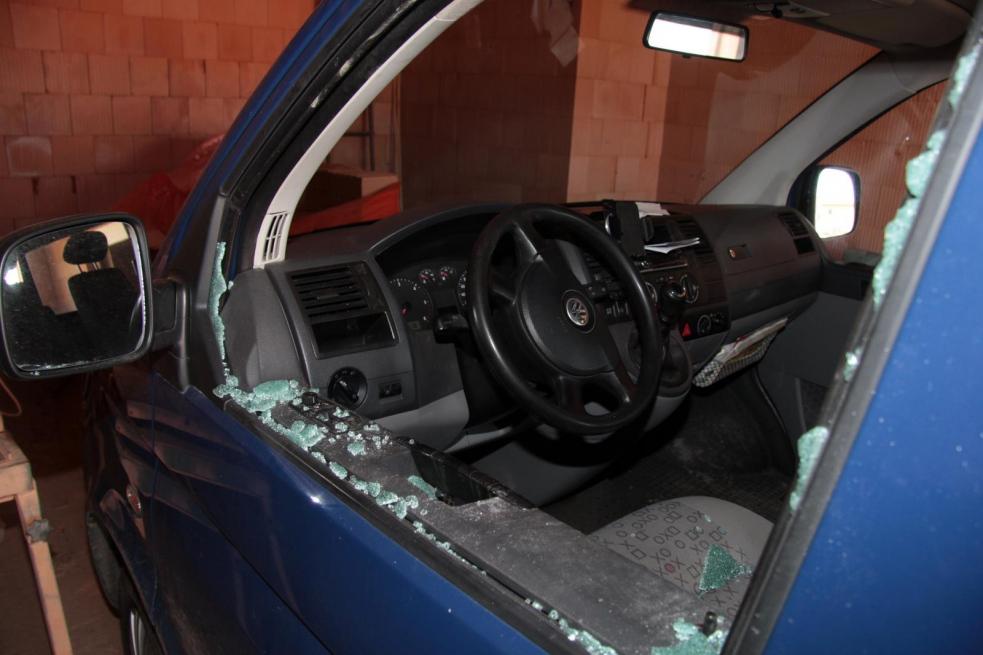 Zloděj cihlou  rozbil okénko a ukradl z auta peněženku