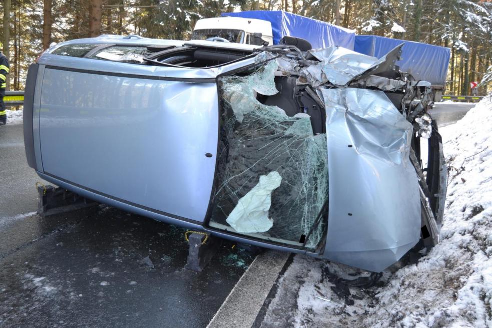 Včera odpoledne došlo na namrzlých cestách ke dvěma čelním střetům vozidel
