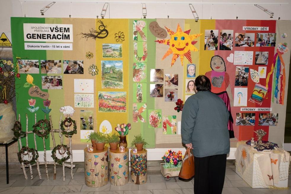 Diakonie Vsetín otevřela výstavu Společnost přátelská všem generacím