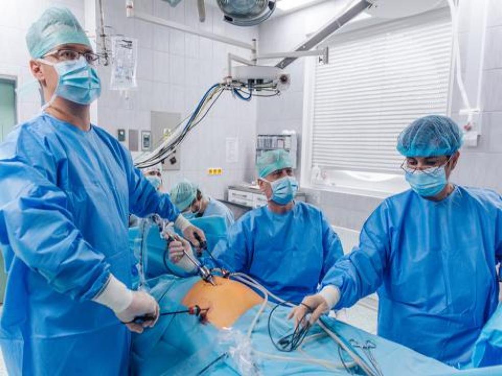 Odborníci z Kroměřížské nemocnice předávají zkušenosti s moderní a šetrnou léčbou tříselné kýly
