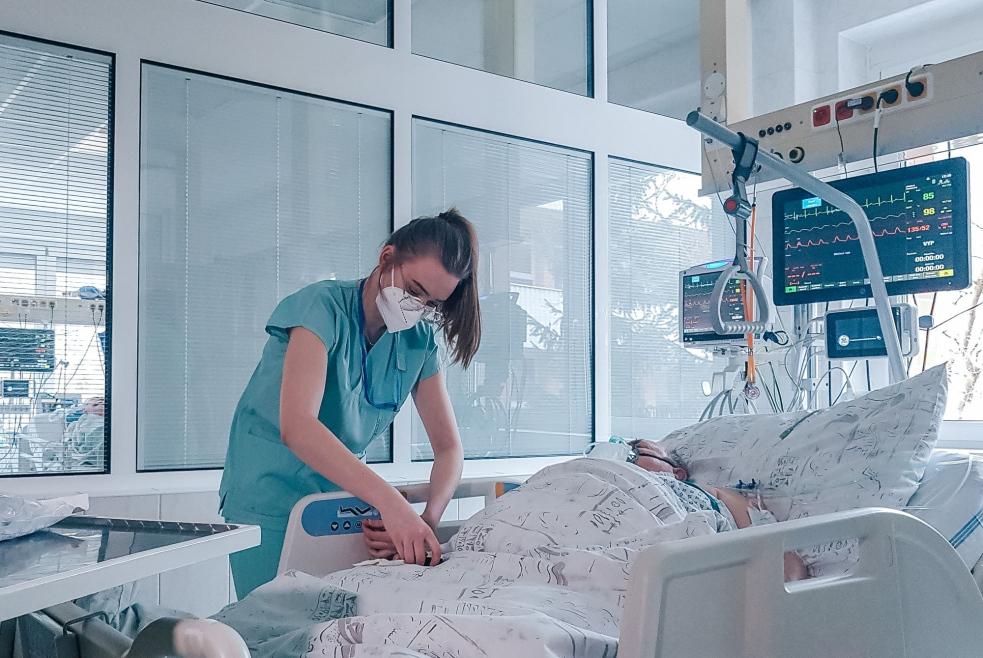 """Studentka pomáhá pacientům na covidovém oddělení, prostředí prý snáší dobře i proto, že je """"noční sova"""""""