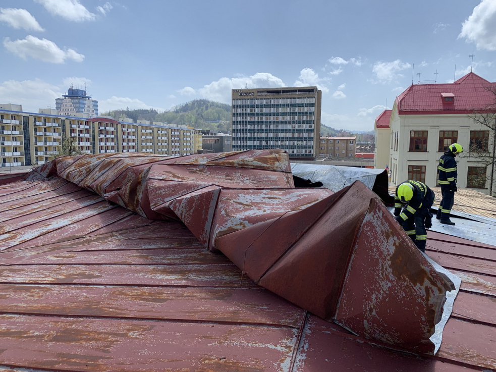 Poryv větru odtrhl část střechy gymnázia ve Vsetíně a poškodil jedno osobní vozidlo