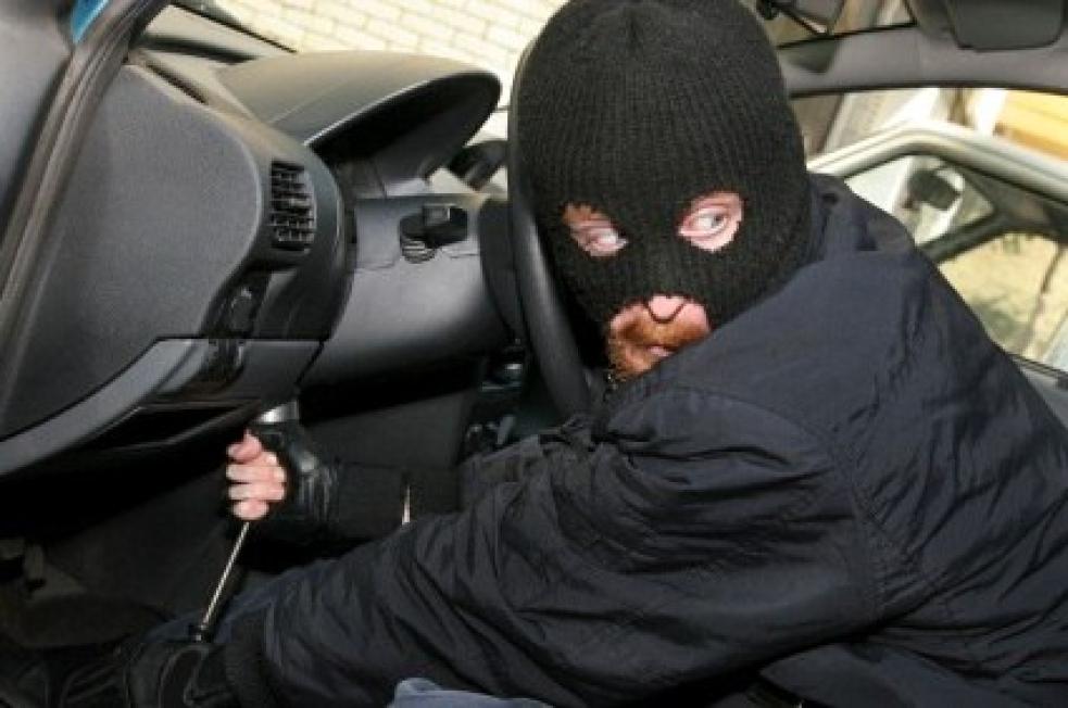 Policie varuje: Dušičky lákají zloděje, hlídejte si především zaparkované auta