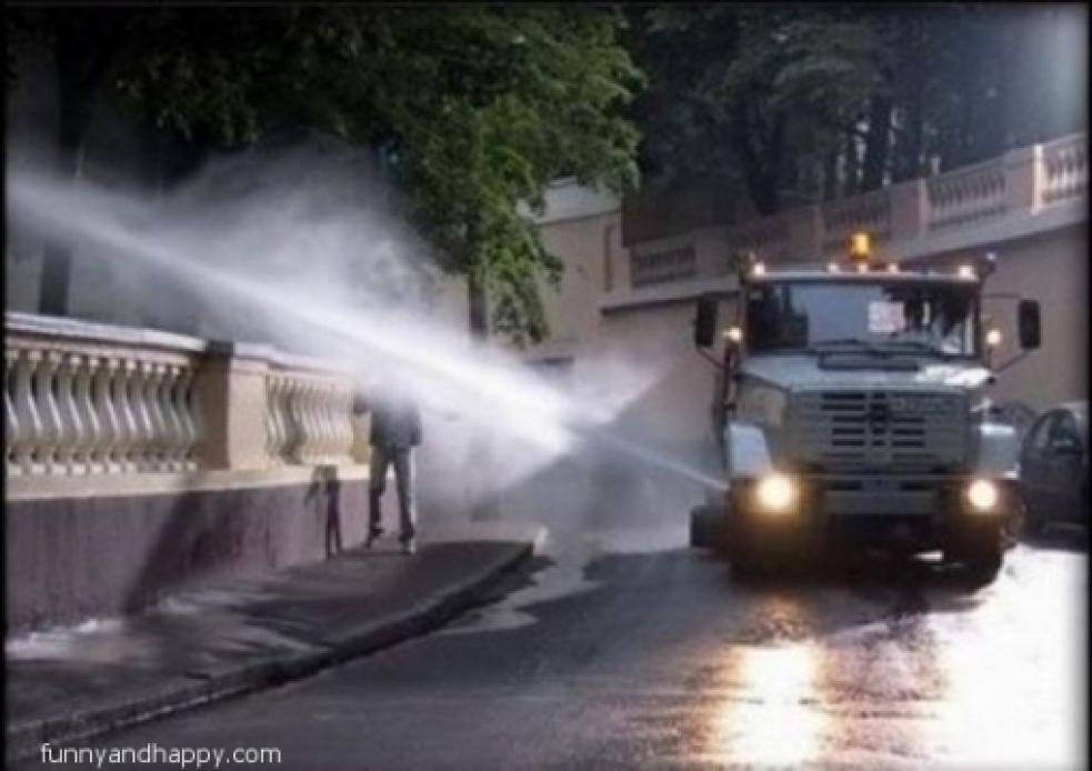 Rožnovská radnice nechává kropit silnice a chodníky. A nezapomíná ani na městskou zeleň