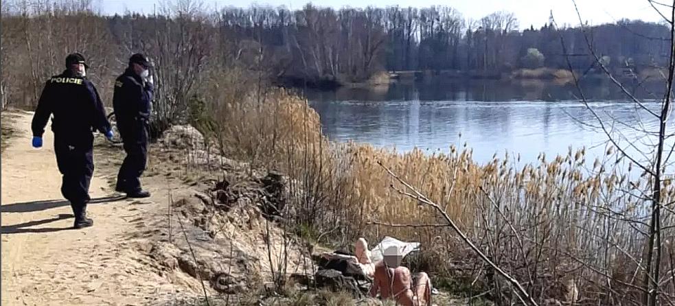 O českých nudistech bez roušky píše i americký server CNN