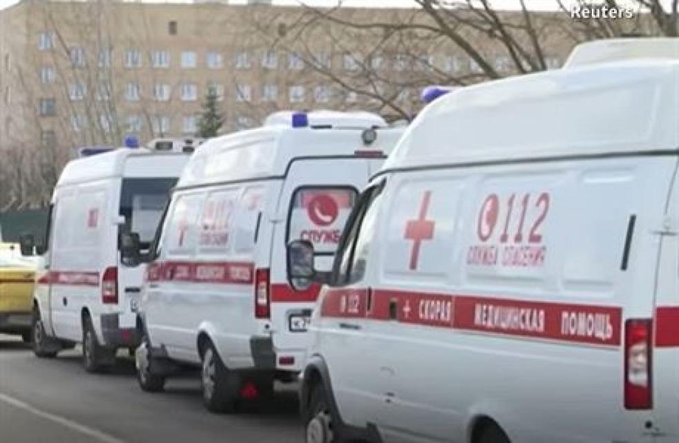 Koronavirus paralyzoval Moskvu. Sanitky s pacienty stály před nemocnicemi ve frontách, na příjem čekaly i 12 hodin