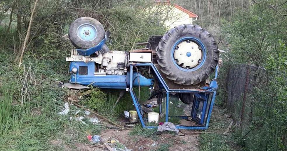 Traktor s pěti lidmi se zřítil ze svahu. Dva muži zemřeli