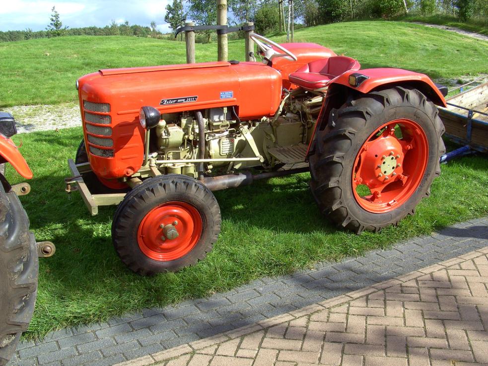 Při nehodě traktoru zemřel závozník