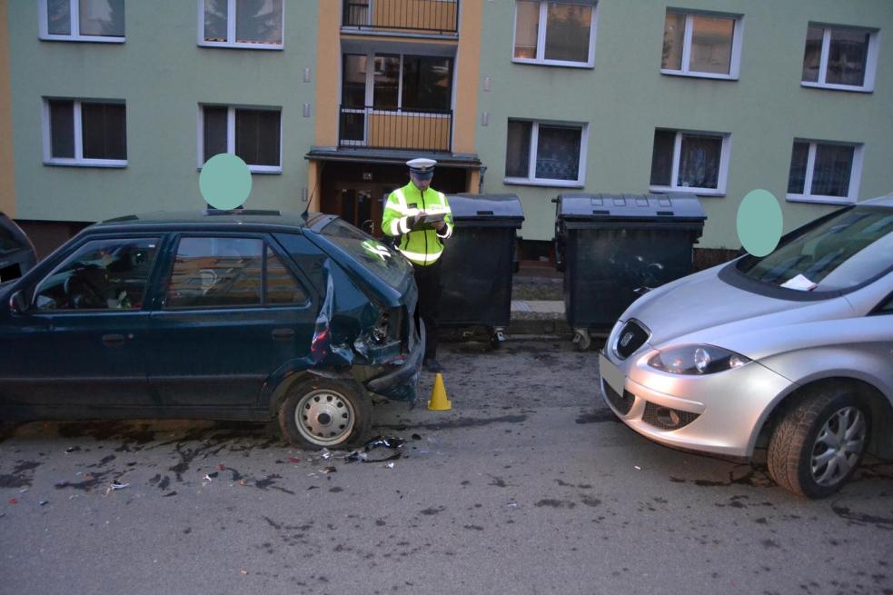 Řidič zvedl mobil a naboural. Celkem poškodil čtyři osobní auta