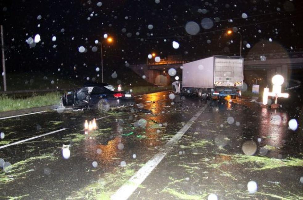 Spolujezdec z BMW nepřežil střet s nákladním vozidlem