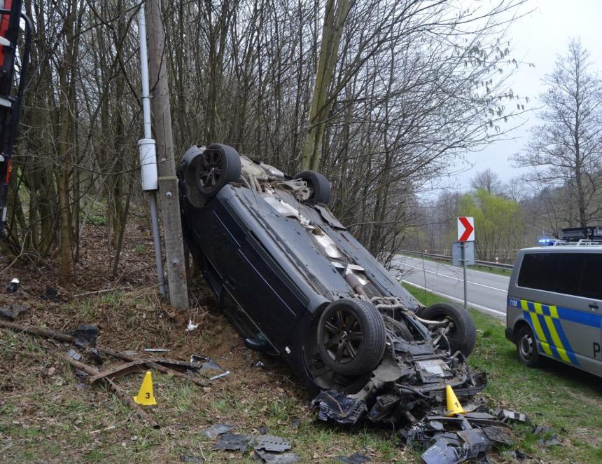 Řidič usnul za volantem a převrátil auto na střechu