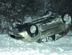 Mladík nezvládl auto a  po přemetech skončil na střeše v poli