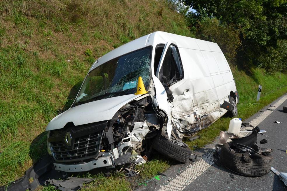 Při srážce dodávky s osobním autem utrpěli řidiči lehká zranění
