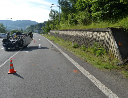 Řidička vyháněla hmyz a převrátila auto na střechu