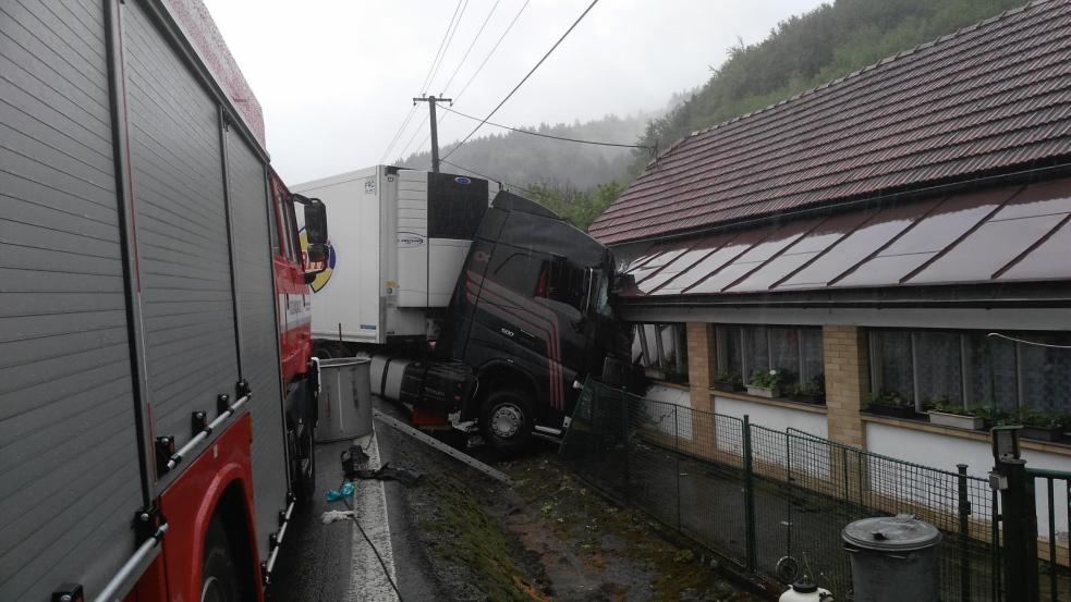 Řidič osobního auta podlehl zraněním po srážce s kamionem