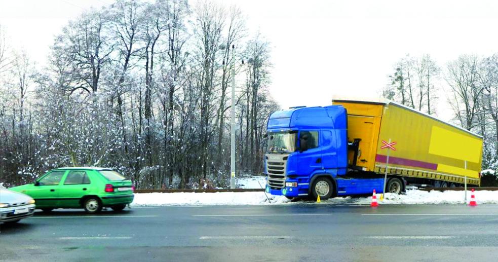 Kamion uvízl v Zubří na přejezdu