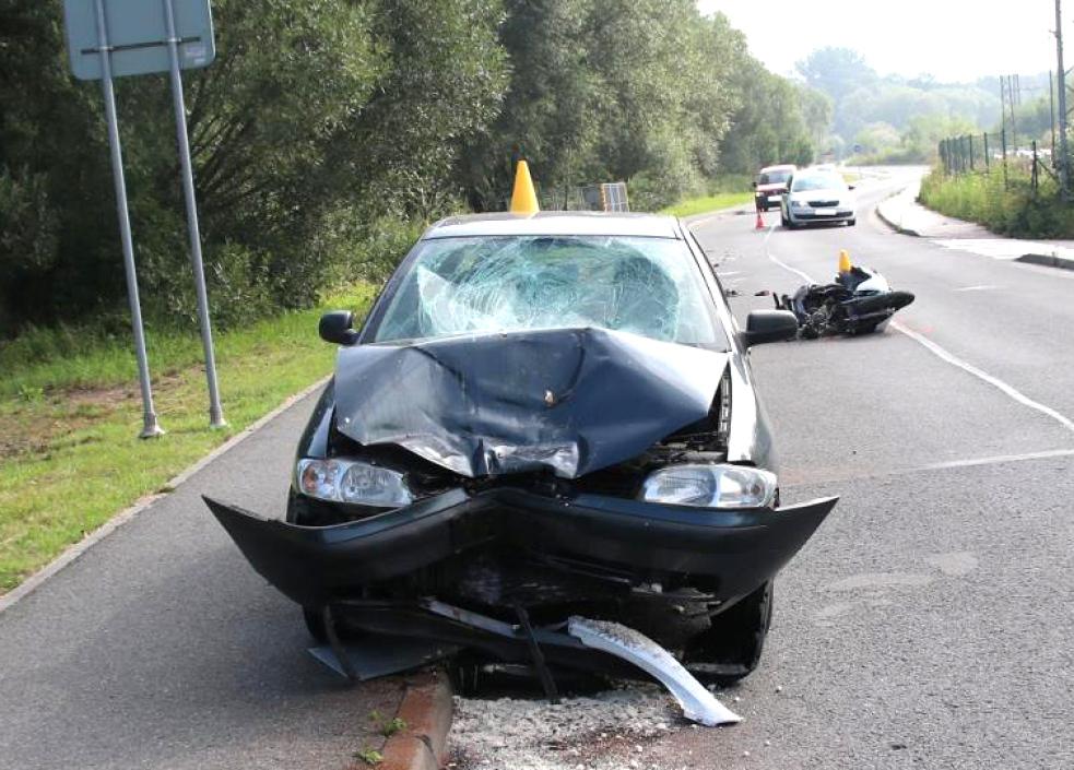 Motorkář se čelně srazil s autem. S těžkým zraněním byl převezen do nemocnice