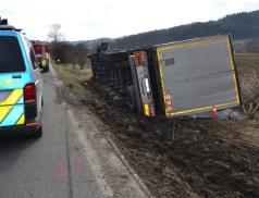Motorkář vytlačil řidiče nákladní soupravy z vozovky