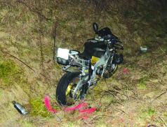 Motorkář při čelním střetu utrpěl zranění vyžadující převoz do nemocnice