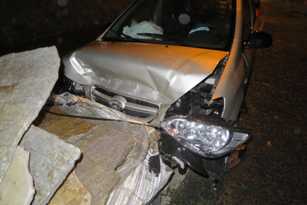 Podroušeného řidiče zastavila až paleta s kameny