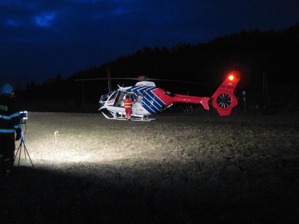 Pro těžce popáleného muže přiletěl vrtulník