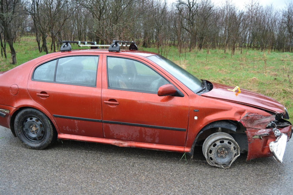 Řidič pil, boural, ujel od nehody a nakonec ztratil pneumatiku