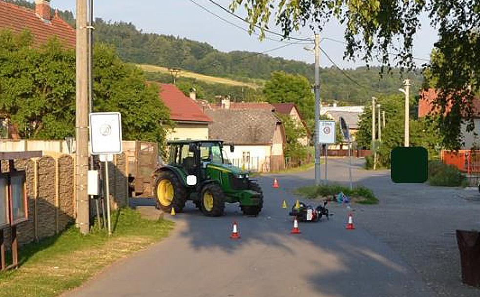 Při střetu traktoru a skútru utrpěl motocyklista těžké zranění