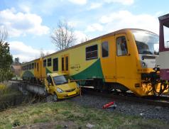 Řidič vjel s osobním autem pod vlak