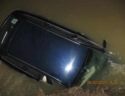 Vozidlo s ujíždějícími cizinci havarovalo v řece