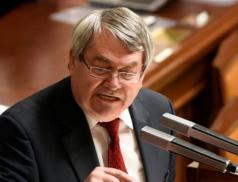 Tisíce lidí žádají odvolání komunisty Filipa z funkce místopředsedy Sněmovny