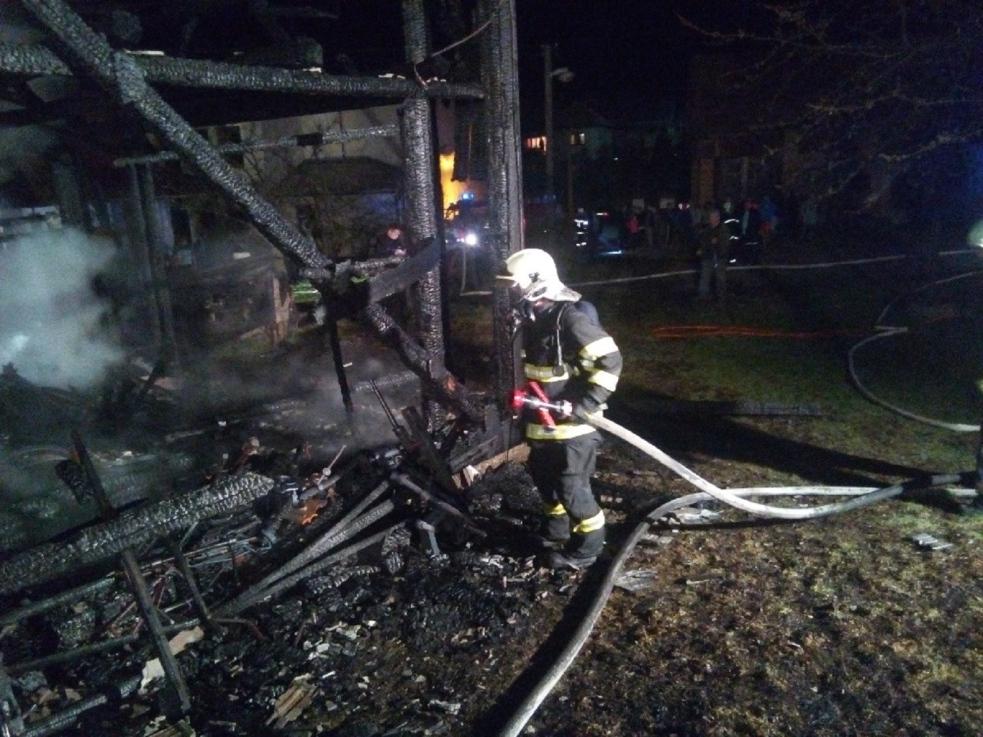 Požár zničil hospodářskou budovu. Hasiči museli ochlazovat sousední objekty