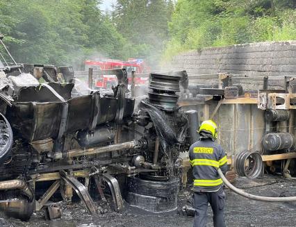 Rozsáhlý požár kamionu zablokoval silnici za Horní Bečvou ve směru na Slovensko