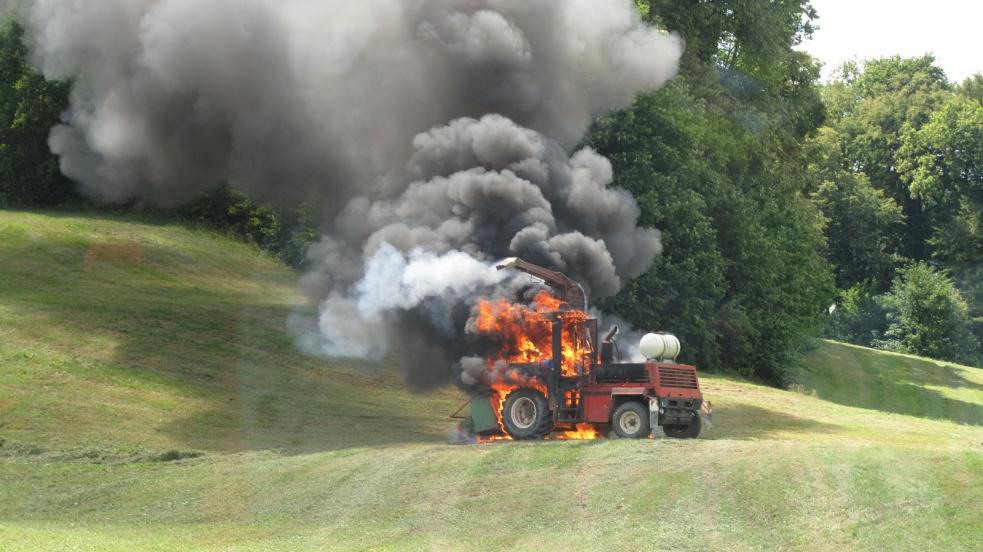 Požár samojízdné sklízecí řezačky na poli ve Valašské Bystřici