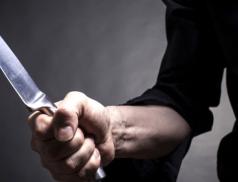Mladík chtěl nožem zavraždit svého otce